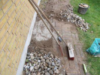 Vi strør lidt cement ovenpå