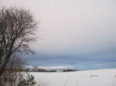 En blå streg nederst mod øst, mod Sverige, blå himmel