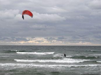 Den friske brise tiltrak mange kite-surfere
