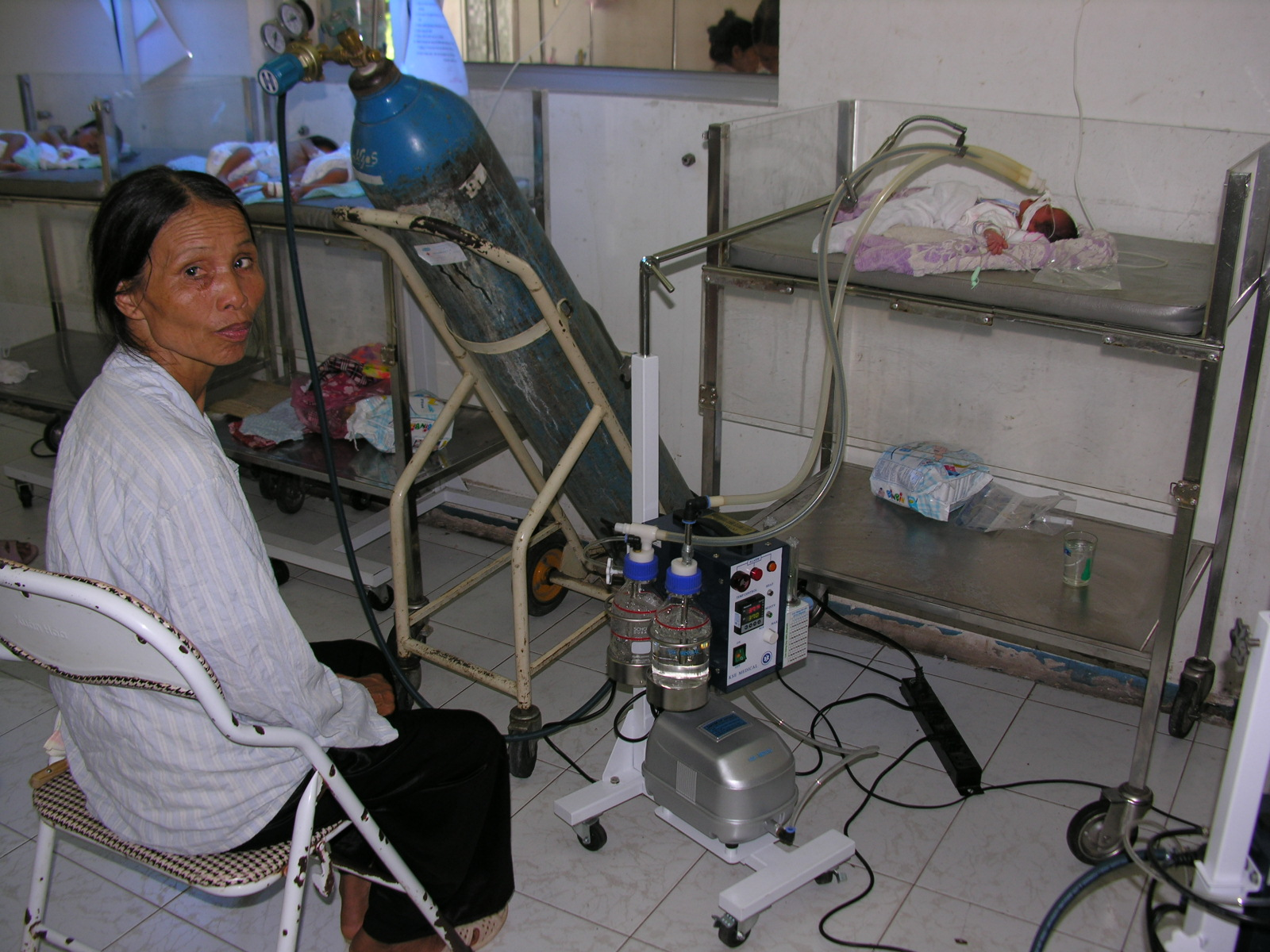 First CPAP donated to the rural hospital of Bac Giang Province, in Vietnam (2004)