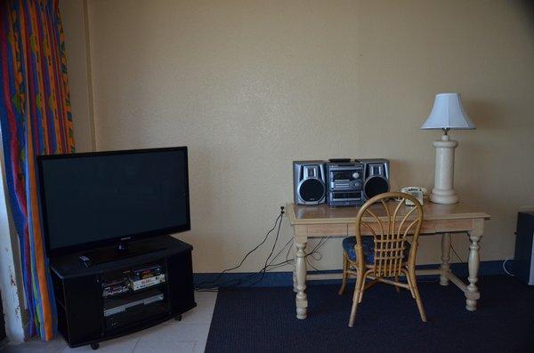 8-hawaiian inn resort living room