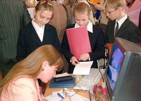 Елена Зейферт с юными читателями.