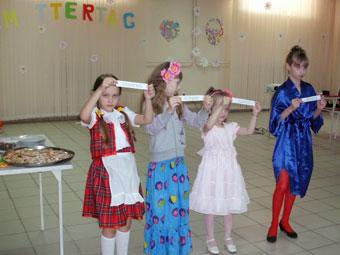 Праздничная программа была насыщена веселыми играми и конкурсами.