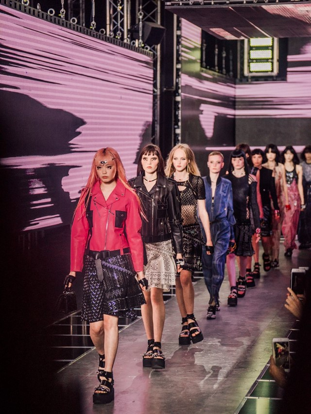 Louis Vuitton Go Cyber With Virtual Reality Inspired Show