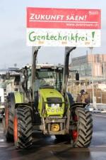 Landwirt auf der Demo in Berlin mit Trecker