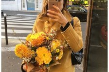 french-girls-guide-to-instagram-holding