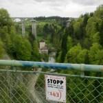 Hinter mir Zugbrücke, vor mir Zugbrücke, relativ hoch