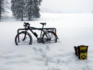 Selbst unter den Taschen waren noch etwa 40cm Schnee bis zum Boden.