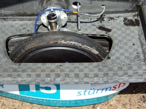 Ein platter Schwalbe-Reifen.