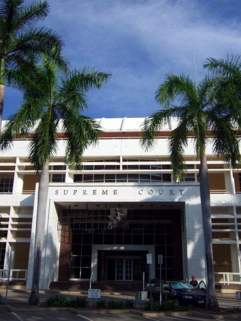 Darwin, Supreme Court, mit Palmen und ungeheuer lauten bunten Vögeln in den Bäumen drumherum (nicht abgebildet).