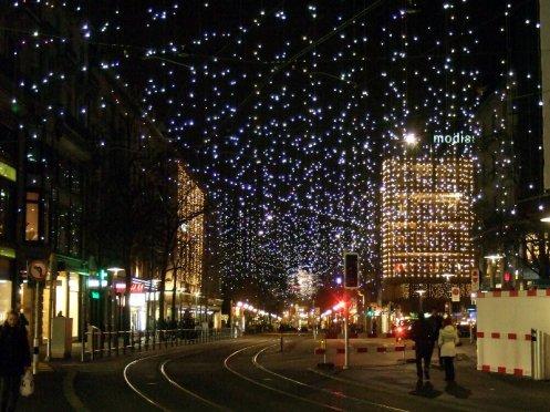 Eieiei, alles mit Beleuchtung vollgehängt in der Bahnhofstrasse in Zürich.