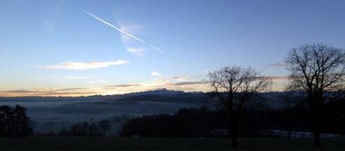 Blauer Himmel, Sonnenaufgang, der Säntis auf dem Weg zur Arbeit mit Nebel im Thurtal.