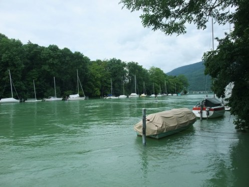 Die grüne Aare als kanalisierter Abfluss des Bielersees.