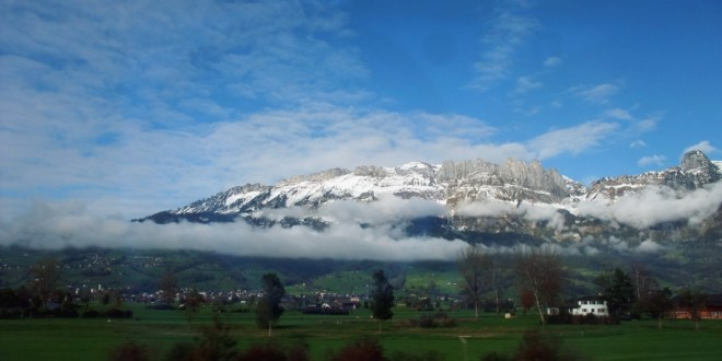 Die rechte Seite vom Rheintal, aufwärtsfahrend. Der Hohe Kasten ist da auch.