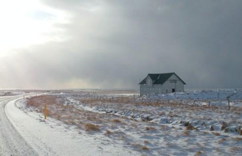 Sonne, Schnee, ein Haus.