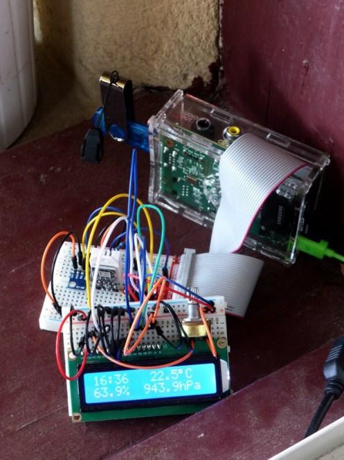 Rasberry Pi 1 Model B, Breakout-Boards mit zwei Sensoren (links BMP180, daneben DHT22), 16x2-Zeichen-LCD