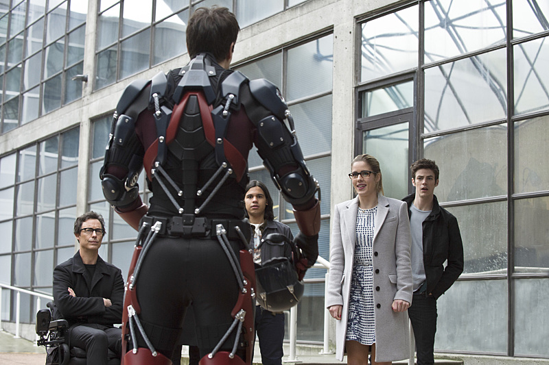 """The Flash -- """"All Star Team Up"""" -- Image FLA118A_0101b -- Pictured (L-R): Tom Cavanagh as Harrison Wells, Carlos Valdes as Cisco Ramon, Emily Bett Rickards as Felicity Smoak, and Grant Gustin as Barry Allen -- Photo: Cate Cameron/The CW -- © 2015 The CW Network, LLC. All rights reserved."""