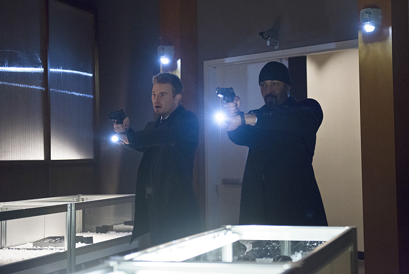"""The Flash -- """"All Star Team Up"""" -- Image FLA118B_0219b -- Pictured (L-R): Rick Cosnett as Detective Eddie Thawne and Jesse L. Martin as Detective Joe West -- Photo: Cate Cameron/The CW -- © 2015 The CW Network, LLC. All rights reserved."""