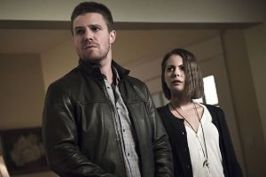 "Arrow -- ""Legends of Yesterday"" -- Image AR408A_0261b.jpg -- Pictured (L-R): Stephen Amell as Oliver Queen and Willa Holland as Thea Queen -- Photo: Katie Yu/ The CW -- © 2015 The CW Network, LLC. All Rights Reserved."