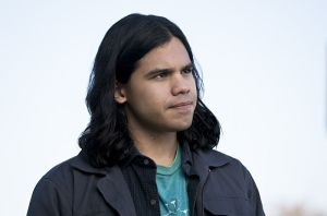 "Arrow -- ""Legends of Yesterday"" -- Image AR408A_0091b.jpg -- Pictured: Carlos Valdes as Cisco Ramon  -- Photo: Katie Yu/ The CW -- © 2015 The CW Network, LLC. All Rights Reserved."