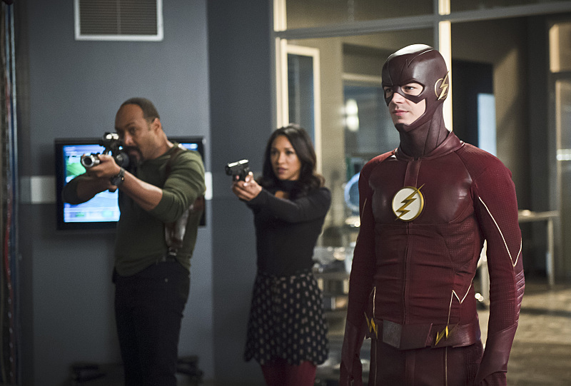 """The Flash -- """"Versus Zoom"""" -- Image: FLA218b_0022b.jpg -- Pictured (L-R): Jesse L. Martin as Detective Joe West, Candice Patton as Iris West and Grant Gustin as Barry Allen -- Photo: Diyah Pera/The CW -- © 2016 The CW Network, LLC. All rights reserved."""