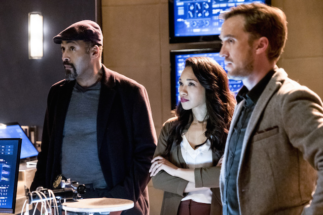 """The Flash -- """"The Wrath of Savitar"""" -- FLA315b_0126b.jpg -- Pictured (L-R): Jesse L. Martin as Detective Joe West, Candice Patton as Iris West and Tom Felton as Julian Albert -- Photo: Katie Yu/The CW -- © 2017 The CW Network, LLC. All rights reserved."""