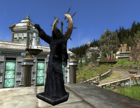Statue vêtue d'une robe noire – Intérieur – Droite