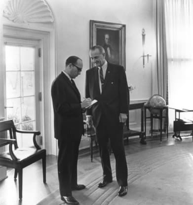 Sid Davis conferring with President Lyndon Baines Johnson in the White House (Photo courtesy of Sid Davis)
