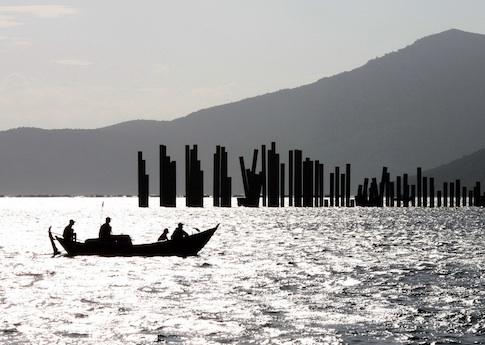 Ngư dân trên Biển Đông. Nguồn: AP
