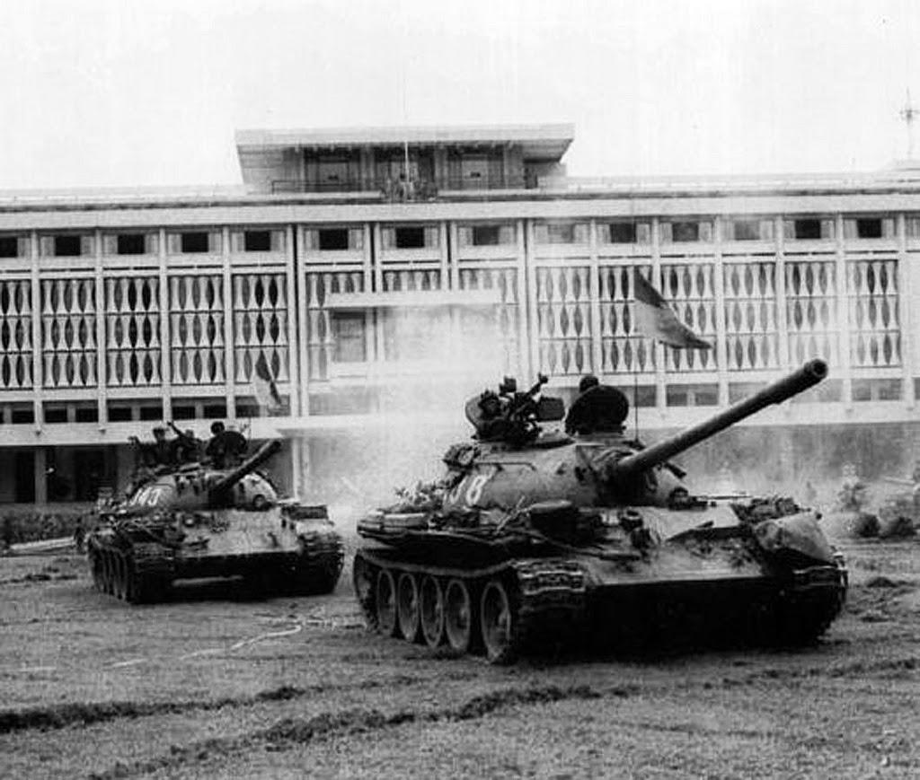 Xe tăng của quân CSVN trong khuôn viên Dinh Đọc Lập ngày 30/4/1975. Nguồn: OntheNet