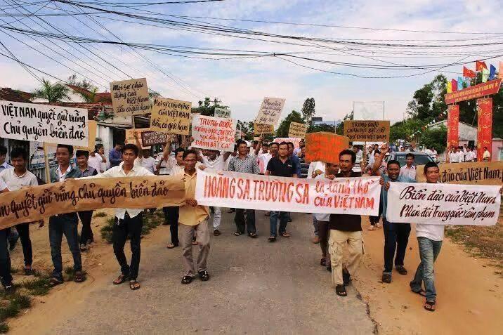 Dân chúng  vùng Đông Thăng Bình - Quảng Nam biều tình chống TC xâm lăng (11/5/2014). Nguồn: NKYN