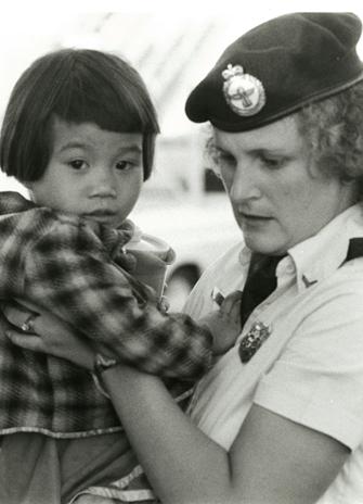 Một em bé thuyền nhân được tiếp đọ tại Canada. Nguồn: Photo Features Ltd.