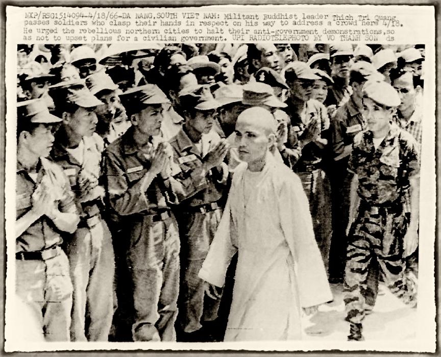 Quân nhân hoan nghênh Thowjng tọa Thích Trí Quang đến Đà Nẵng để yêu cầu phật tử ngưng biểu tình. Hình: UPI/Do Thanh Son