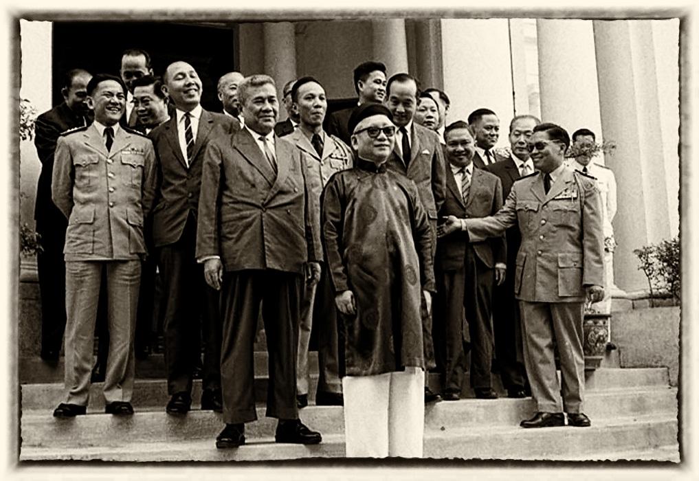 Quốc trưởng Phan Khác Sửu đưng trước Nội các của Thủ tướng Trần Văn Hương (phía sau là các ông Phan Lưu Viên, Nguyễn văn Thiệu, Nguyễn Xuân Oánh). Saigon, Thang 10, 1964. Nguồn: Flickr.com