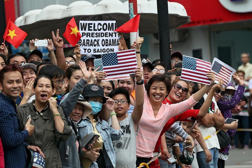 Trong cuộc phô trương sức mạnh mềm của Mỹ, dân chúng xếp hàng trên đường phố Hà Nội và thành phố Hồ Chí Minh để chào đón ông Obama hồi tháng trước. Nguồn: European Pressphoto Agency