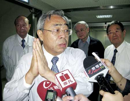 Vương Văn Uyên chắp tay xin lỗi vì vụ cháy nhà máy lọc dầầu ở Mailiao, quận Yunlin, Đài Loan. Hình: CNA