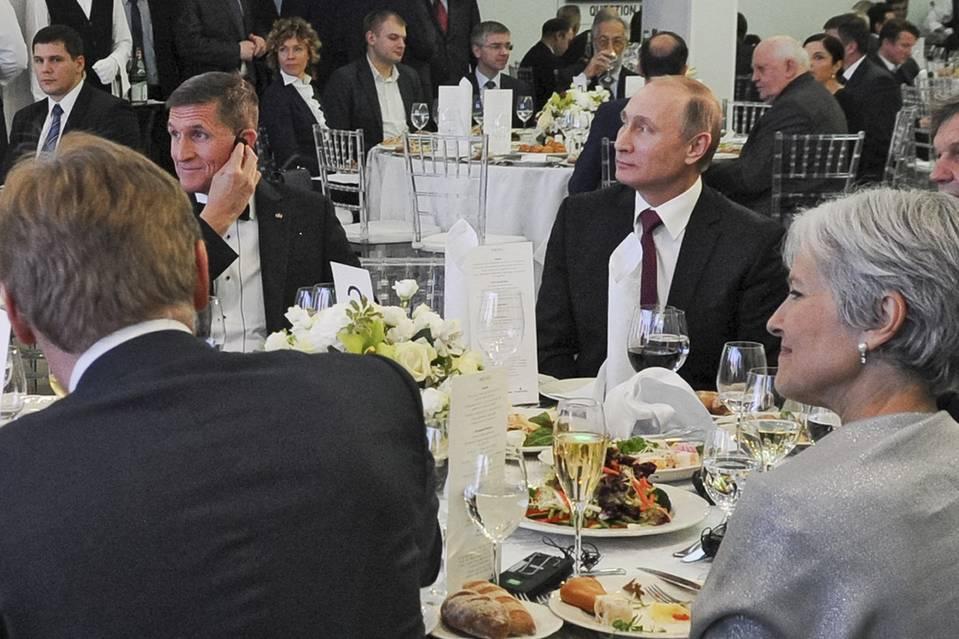 Tướng hồi hưu Michael Flynn, tại một bữa ăn tối với Tổng thống Nga Vladimir Putin, trung tâm ngay, tháng cuối cùng tại Moscow. Sự kiện này đánh dấu kỷ niệm lần thứ 10 của RT, phục vụ 24 giờ tiếng Anh kênh tin tức truyền hình ở Nga. Nguồn: AP