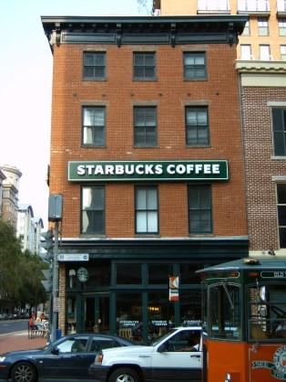Akkor még nem volt ennyire menő a Starbucks, az épület miatt fotóztam