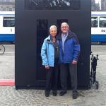 Klazien Schreuders-Kolk met haar man, op de Dam voor een replica van een van de kiosken.