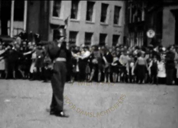 Still uit film, onbekende maker, Stadsarchief Amsterdam. Willem van den Boogaard aan het filmen.