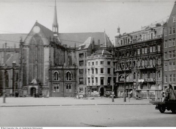 Kort na de schietpartij is de Dam leeg, op enkele lichamen na. Foto uit collectie Nederlands Fotomuseum collectie Bert Haanstra