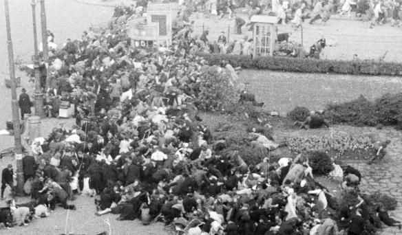Foto Wil F. Leijns. Collectie Nederlands Fotomuseum. Mensen vluchten in paniek richting Visschersdam.