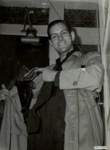 Verzetsman Tony van Renterghem, gefotografeerd na de oorlog. Hier poseert hij in een serie over het Nederlands verzet. Gewapend met een stengun