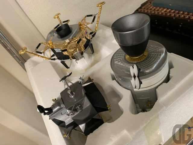 アボロ13号関連メンバーに配られた貴重な精密模型が展示されています。