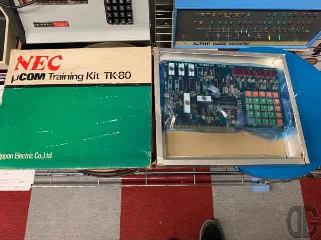 日本でエンジニアのトレーニングキットとして発売されるも多くのホビーストに受け入れられたNECのTK-80。当時で8〜9万円ぐらいしたらしいです。