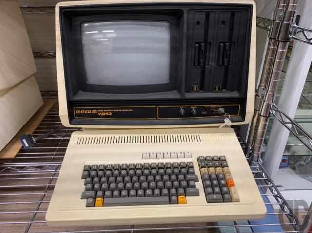 SORM M243。そう言えばSORDの名前も昔はかなり聞きましたね。私は小学生〜中学生のころであまりSORDのビジネスパソコンには詳しくないんですが…8インチフロッピーディスクは社会人になって初めて見た口です(^_^;;