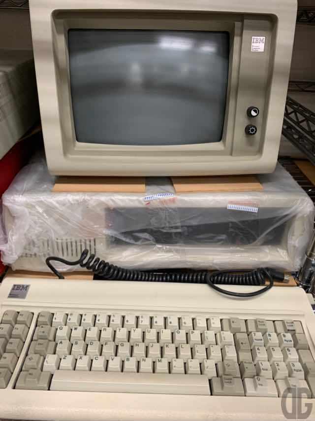 IBM PC-XT。元祖IBM PC。このIBM PCをキッカケに16ビットCPU、汎用パーツ、OSとしてPC-DOS(MS-DOS)が使用され、PC/ATの互換機ブームを生み出す礎となりました。
