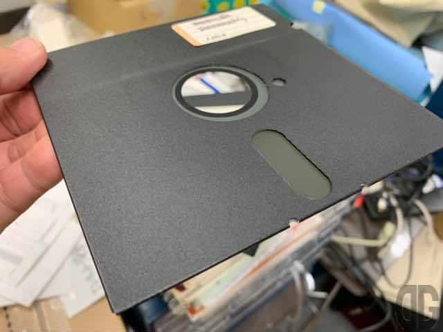 8インチ、5インチフロッピーディスクは磁気媒体が窓からむき出しなので、傷ついたり、時期を帯びたものを近くに置いたらアウトで、読み取れなくなることもしばしばありました…