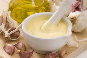 Vegane Zubereitungen als Ersatz für Käse, Mayonnaise, und andere
