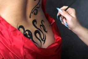 Wie macht man Tattos mit Henna